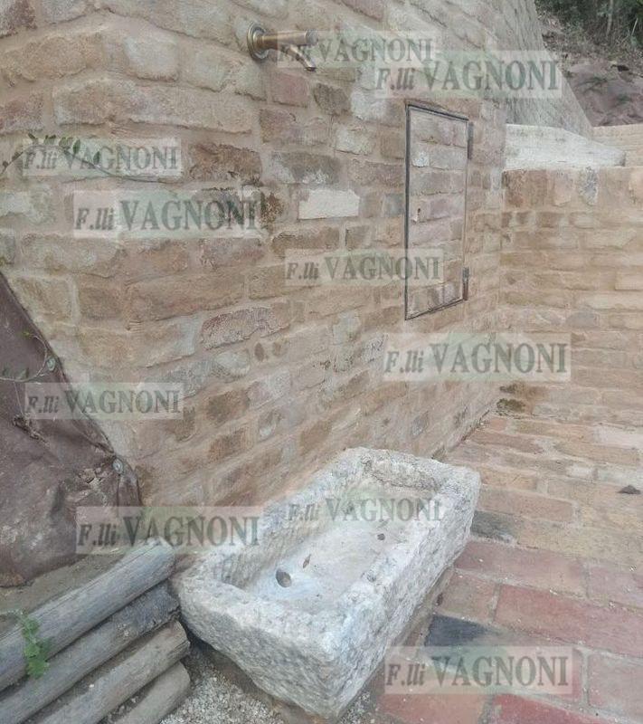 http://www.fratellivagnoni.it/images/lavandini_acquasantiere/Vasca%20pietra%20piccola_1_a_logo.jpg